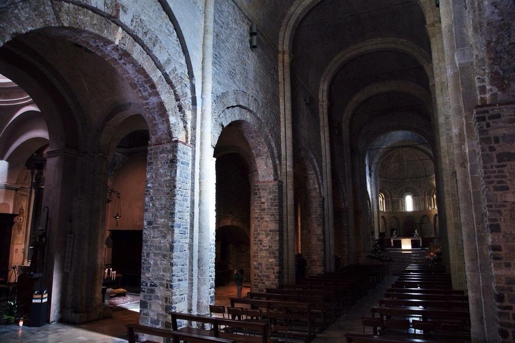 navata centrale della chiesa di Santa Maria Assunta a Ventimiglia