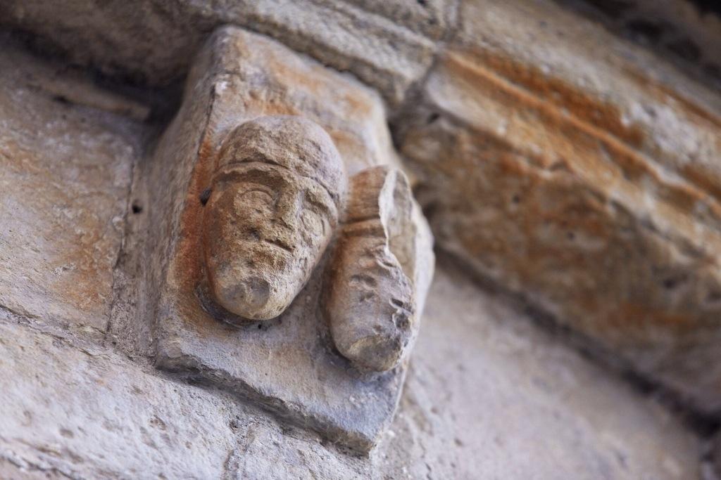 teste apotropaiche sulla parte esterna dell'abside a Ventimiglia