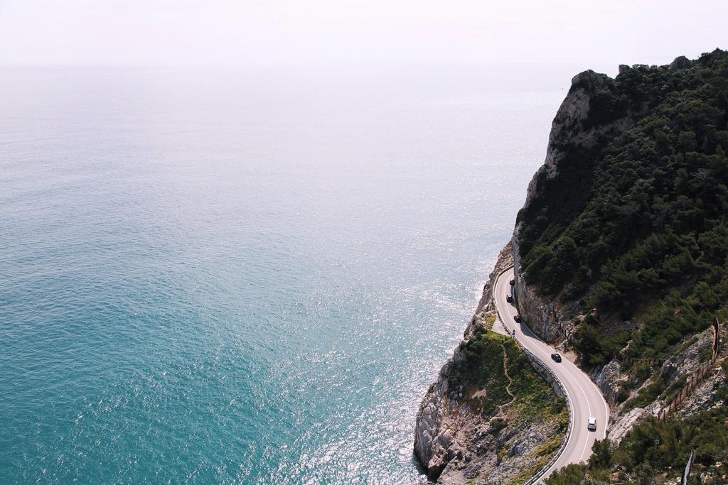 la via Aurelia e il Mar Ligure a Finale