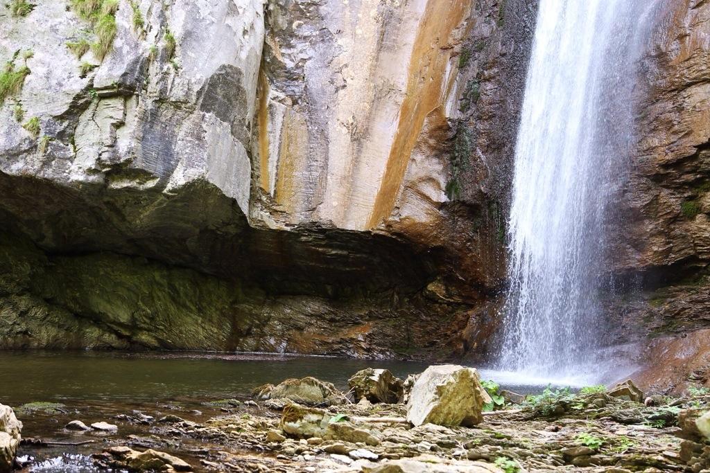 la base della cascata del Rio Ferraia in Liguria
