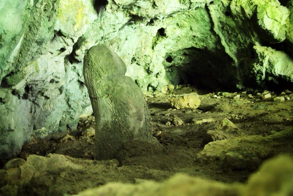 roccia scolpita a forma di pene chiamata l'idolo preistorico nella grotta Arma du Cupa in Val Ferraia vicino al Val Pennavaire nel comune di Aquila d'Arroscia