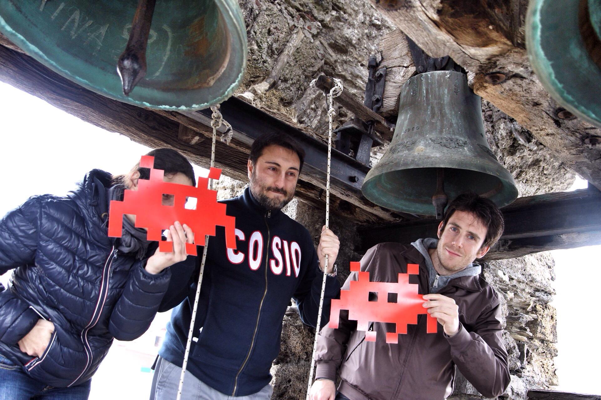 invasori sul campanile di Cosio d'Arroscia per le #invasionidigitali